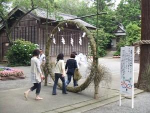 茅の輪をくぐる参拝者