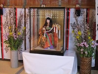 拝殿の人形