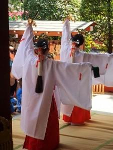 小学生による浦安の舞奉奏