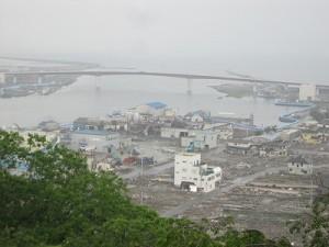 大きな被害を受けた入江の様子