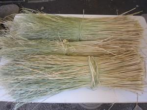 三之宮の粽は茅で包んで「みご」(わらしべ)で結びます