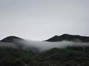 靄(もや)の立ちこめた里山