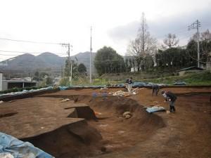 発掘された縄文中後期の土器破片や黒曜石が脇にありました