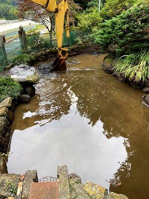 神池の泥取り