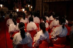 初詣の参拝者を迎える前に巫女奉仕者の正式参拝(お清めのお祓い)