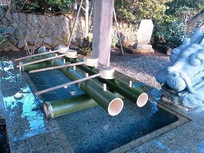 手水舎の竹も新しく