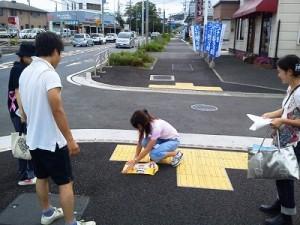 歩道に「止まれ」のシール貼り