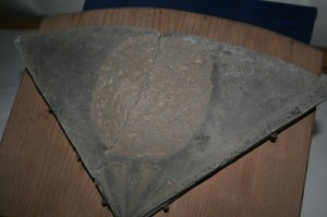 日の丸紋・布目瓦(三之宮郷土博物館収蔵)