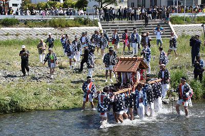 金目川を御神幸
